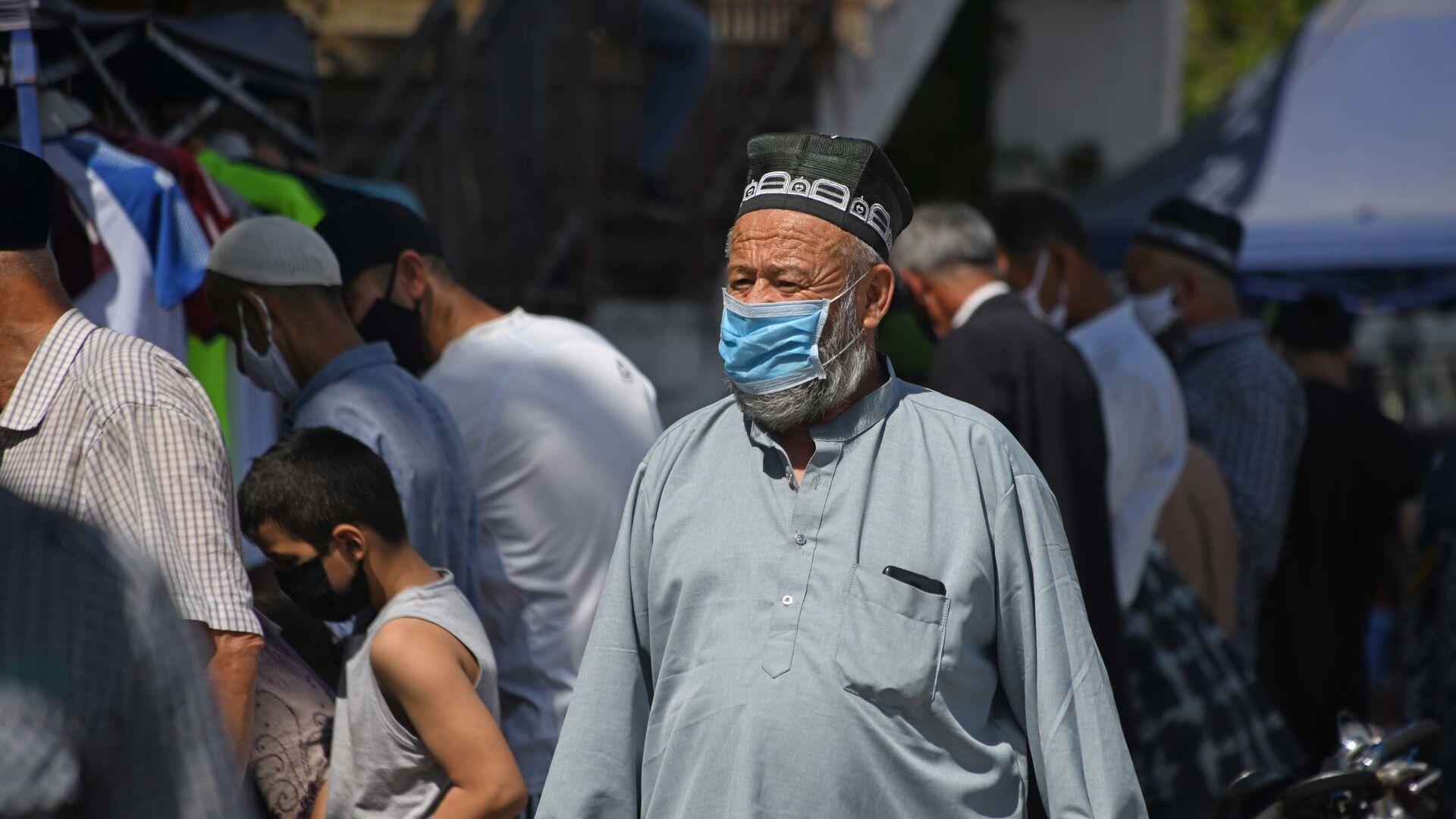 Дедушка в маске в городе Душанбе - Sputnik Таджикистан, 1920, 22.06.2021