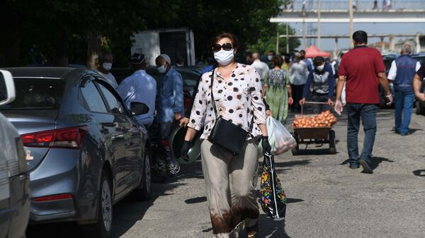 Женщина в защитной маске в городе Душанбе - Sputnik Тоҷикистон
