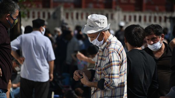 Мужчина в защитной маске в городе Душанбе - Sputnik Таджикистан