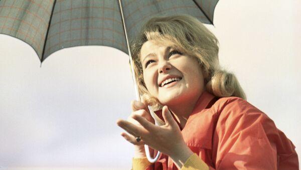 Девушка с зонтиком - Sputnik Таджикистан