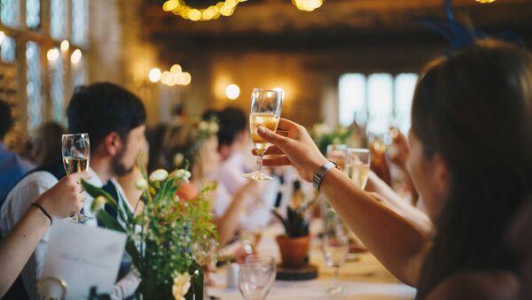 Бокалы с шампанским на свадебном торжестве - Sputnik Таджикистан