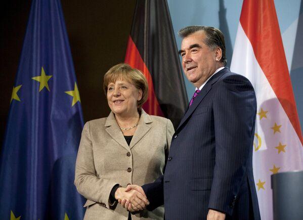 Канцлер Германии Ангела Меркель и президент Таджикистана Эмомали Рахмон после пресс-конференции в Берлине, 14 декабря 2011 года. - Sputnik Таджикистан