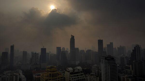 Солнце пробивается сквозь смог в Бангкоке, Таиланд - Sputnik Таджикистан