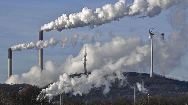 Угольная электростанция энергетической компании Uniper и нефтеперерабатывающий завод BP в Германии - Sputnik Таджикистан