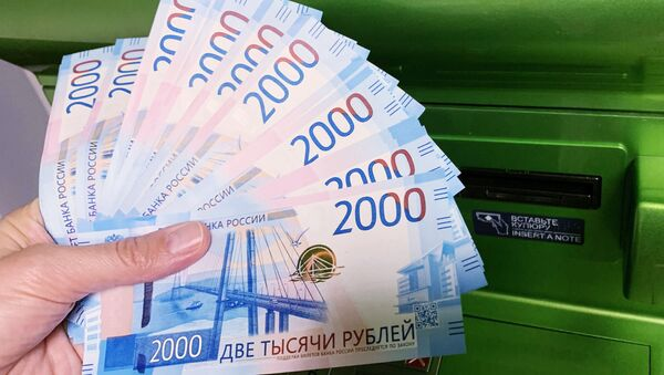Клиент Сбербанка вносит наличные деньги в банкомат - Sputnik Таджикистан