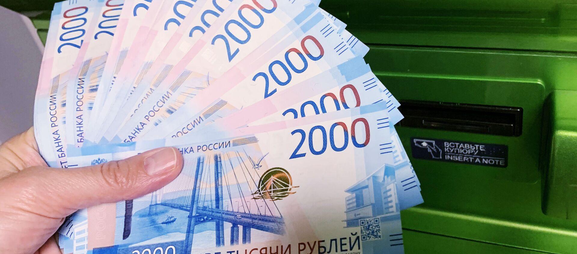 Клиент Сбербанка вносит наличные деньги в банкомат - Sputnik Таджикистан, 1920, 01.01.2021