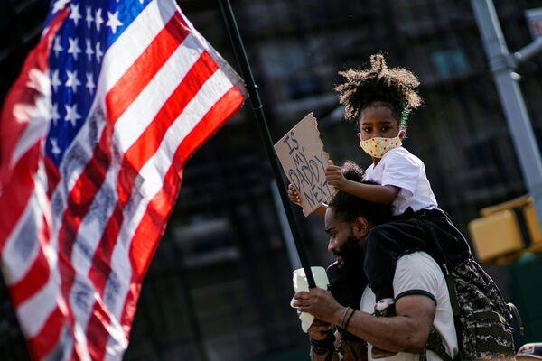Девочка с отцом во время акции протеста перед зданием Grand Army Plaza в Бруклинском районе Нью-Йорка - Sputnik Таджикистан