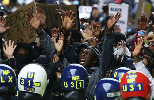 Демонстранты во время акции протеста движения против расизма в Лондоне - Sputnik Таджикистан