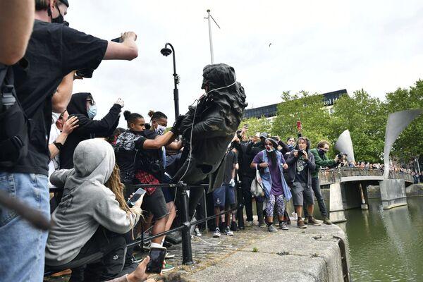 В британском Бристоле снесли памятник английскому работорговцу Эдварду Кольстону - Sputnik Таджикистан