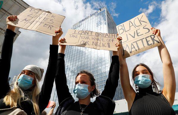 Демонстранты вышли на акцию протеста на Александерплац в Берлине - Sputnik Таджикистан