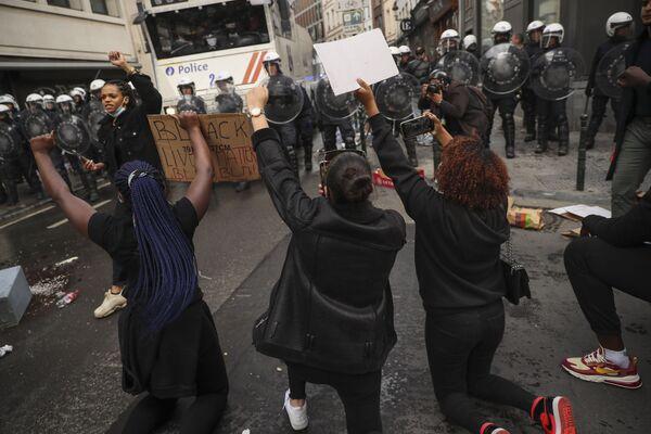 Во время акции протеста против расизма в Брюсселе - Sputnik Таджикистан