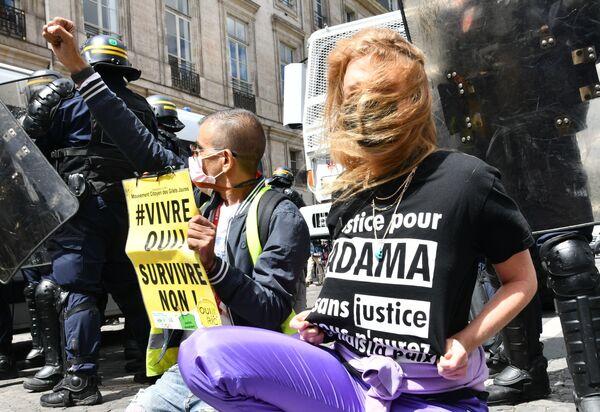 Протесты против произвола полиции в Париже - Sputnik Таджикистан