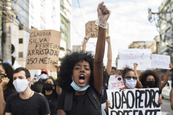 Люди протестуют против расизма и преступлений на почве ненависти в Сан-Гонсало, Бразилия - Sputnik Таджикистан