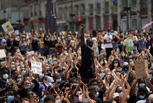 Протест против расизма на площади Пуэрта-дель-Соль в Мадриде - Sputnik Таджикистан