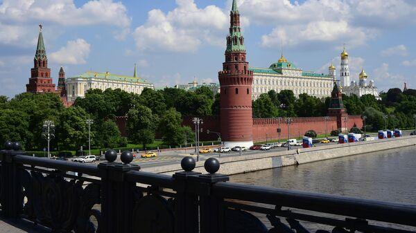 Автомобильное движение на Кремлевской набережной в Москве - Sputnik Тоҷикистон