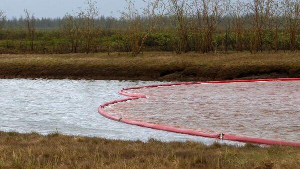 Плавающая плотина установлена для ограничения распространения нефтяного загрязнения после крупного разлива топлива на реке Амбарная - Sputnik Таджикистан