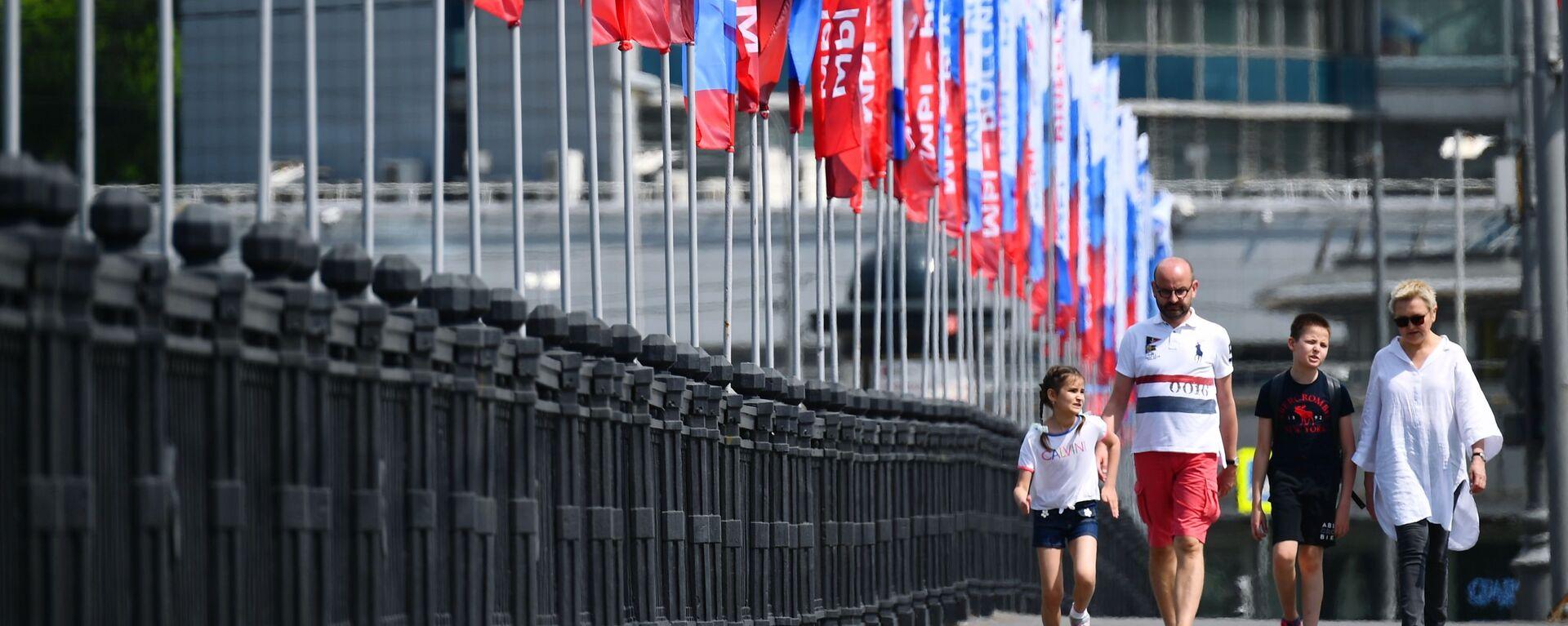 Горожане на Новоарбатском мосту в Москве во время праздничных гуляний в честь празднования Дня России - Sputnik Таджикистан, 1920, 12.06.2021