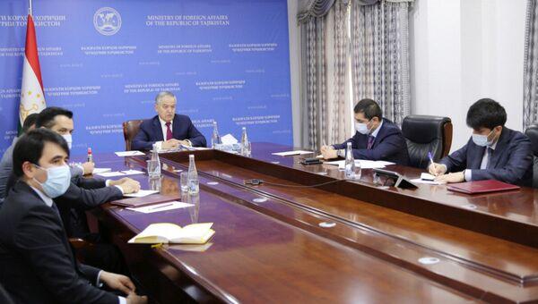 Министр иностранных дел Таджикистана Сироджиддин Мухриддин на видеоконфереции МИД ЦА и ЕС - Sputnik Таджикистан