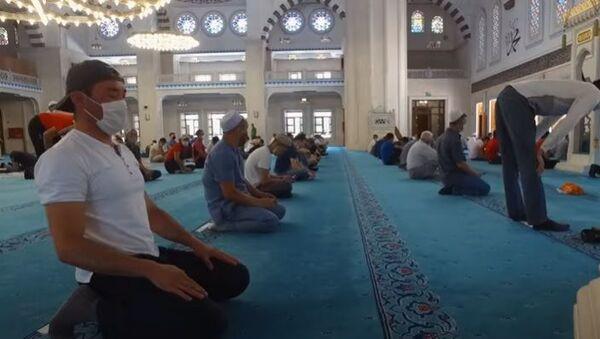 Как соблюдают санитарные нормы в мечети Бишкека - видео - Sputnik Таджикистан