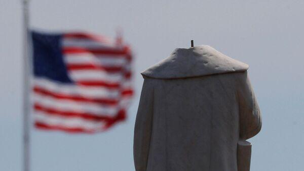 Протестующие обезглавили монумент первооткрывателя Америки Христофора Колумба в Бостоне - Sputnik Таджикистан