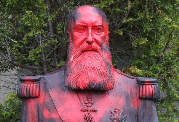 Осквернение памятника короля-колонизатора Леопольда II в Бельгии - Sputnik Таджикистан