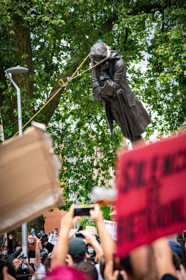Демонстранты свергают статую Эдварда Колстона, Бристоль, Великобритания - Sputnik Таджикистан
