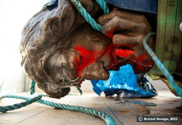 Статуя Эдварда Колстона на земле, Бристоль, Великобритания - Sputnik Таджикистан