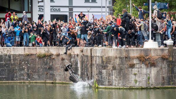 Демонстранты сбрасывают в воду статую Эдварда Колстона, Бристоль, Великобритания - Sputnik Таджикистан