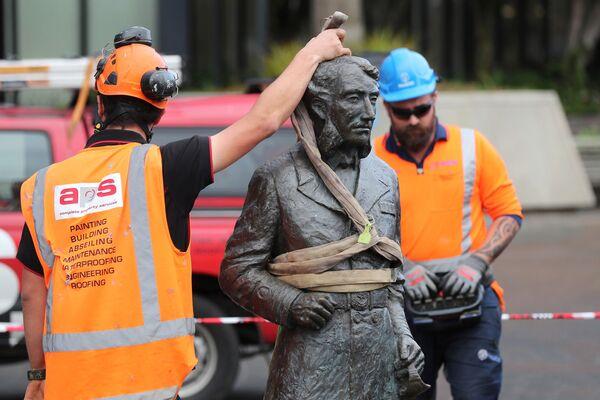 Рабочие убирают статую капитана Джона Фейна Чарльза Гамильтона с Гражданской площади в Гамильтоне из-за поступивших угроз - Sputnik Таджикистан