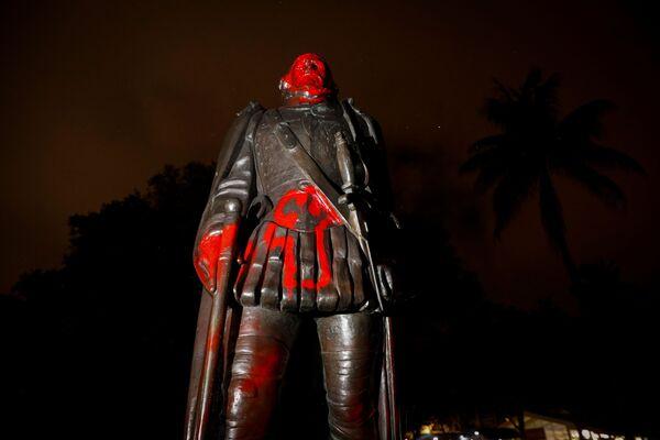 Оскверненная статуя Христофора Колумба,  Майами, штат Флорида, США - Sputnik Таджикистан