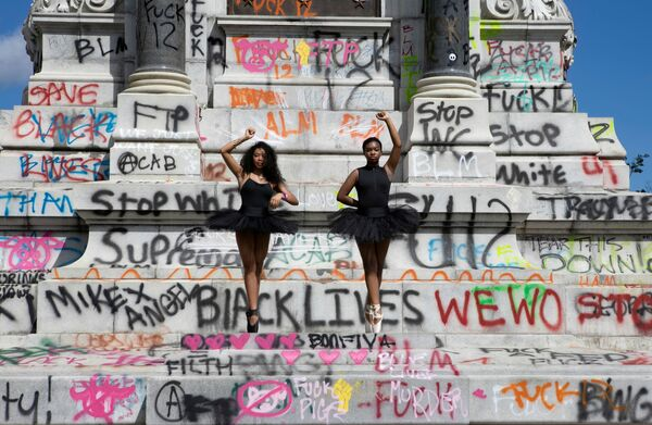 Балерины позируют перед памятником генералу Конфедерации Роберту Ли, демонтированный по распоряжению губернатора в Ричмонде Вирджиния, США - Sputnik Таджикистан