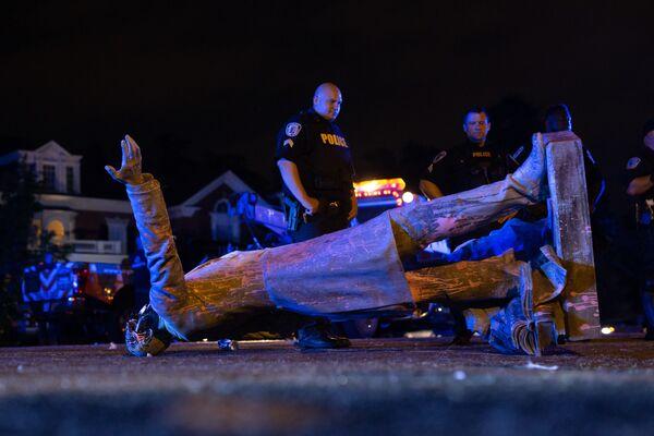 Статуя президента Конфедеративных Штатов Америки Джефферсона Дэвиса, скинутая протестующими с пьедестала в Ричмонде, штат Вирджиния - Sputnik Таджикистан