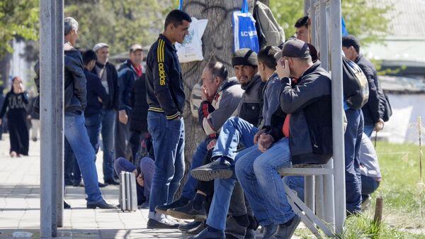 Безработные мужчины у дороги в ожидании предложения работы  - Sputnik Таджикистан