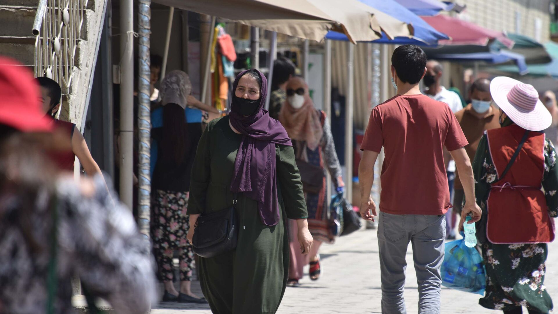 Люди в защитных масках на улице Душанбе  - Sputnik Таджикистан, 1920, 13.08.2021