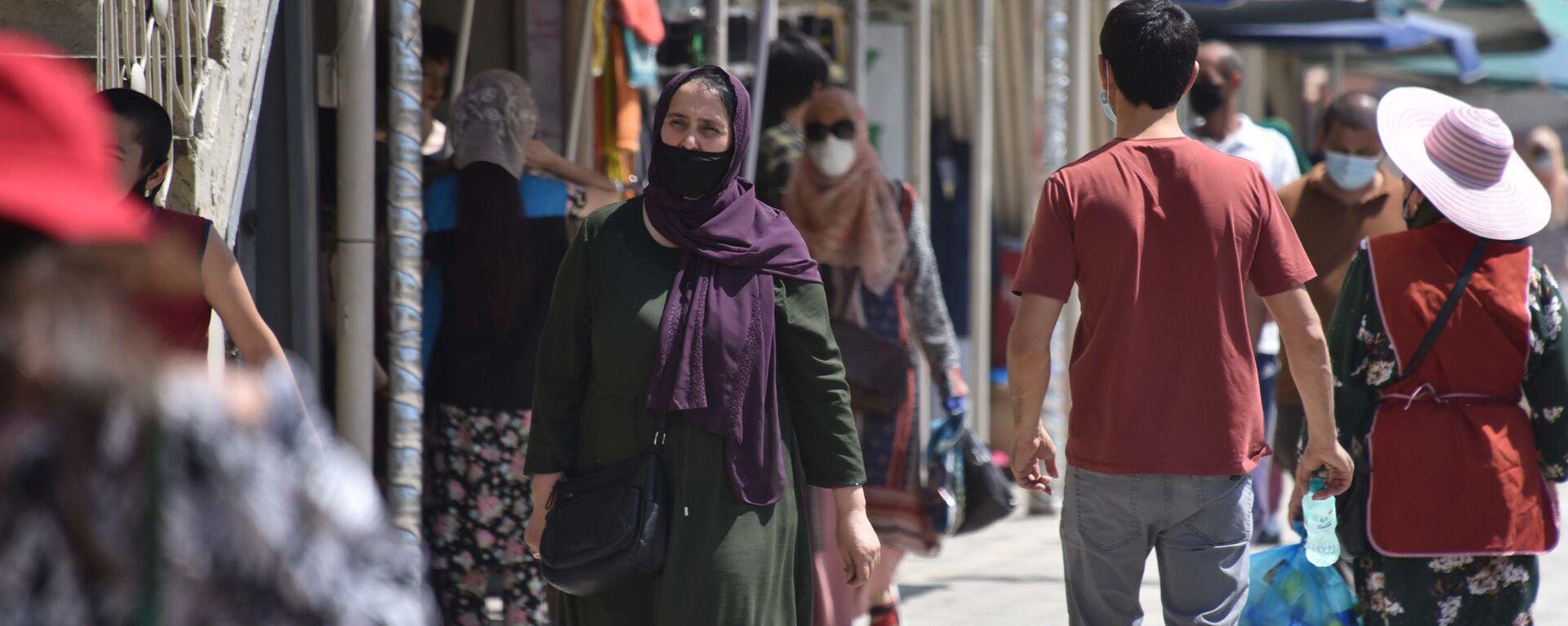 Люди в защитных масках на улице Душанбе  - Sputnik Таджикистан, 1920, 13.09.2021