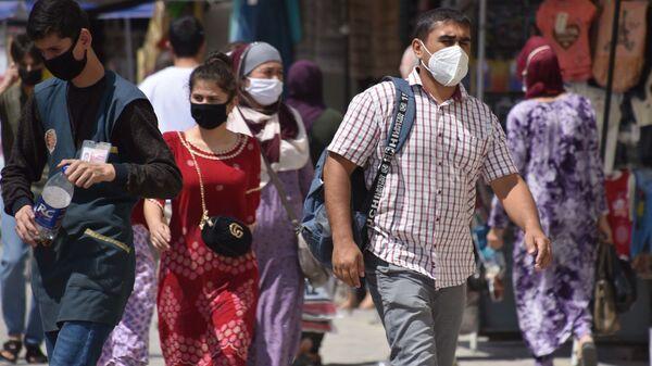 Люди в защитных масках на улице Душанбе  - Sputnik Тоҷикистон
