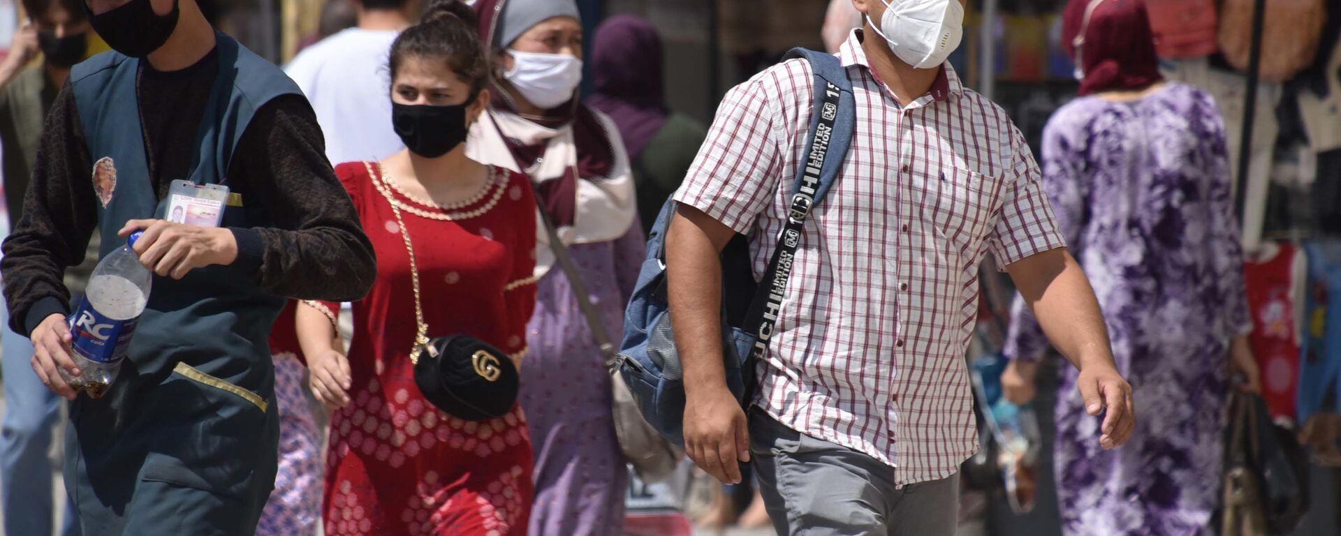 Люди в защитных масках на улице Душанбе  - Sputnik Таджикистан, 1920, 22.06.2021