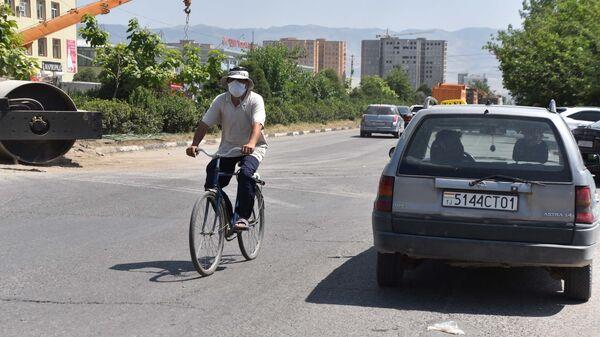 Велосипедист в Душанбе - Sputnik Таджикистан