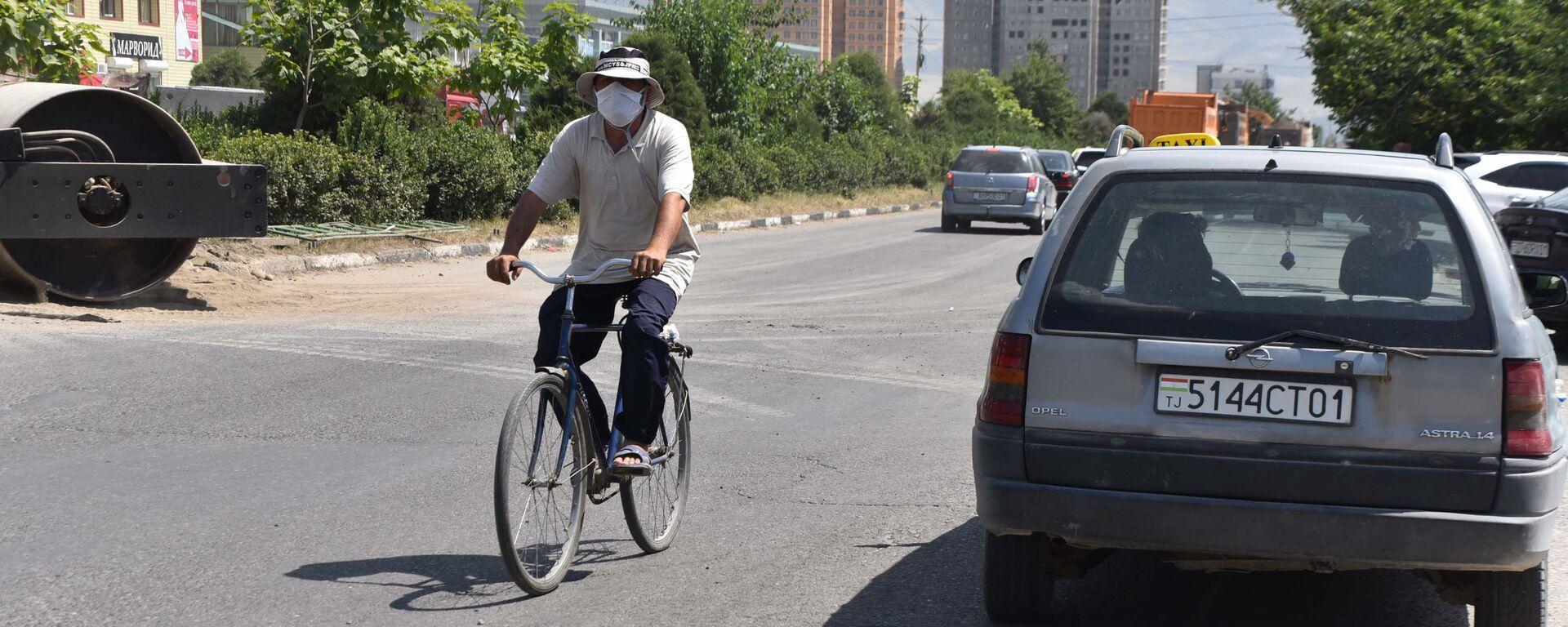 Велосипедист в Душанбе - Sputnik Таджикистан, 1920, 20.09.2021