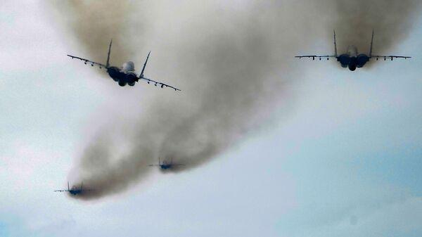 Истребители Су-30СМ пилотажной группы Русские витязи во время репетиции воздушной части парада Победы - Sputnik Таджикистан
