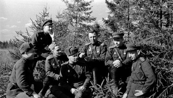 Группа солдат и офицеров 30-го гвардейского стрелкового полка 8-й гвардейской им. Панфилова стрелковой дивизии - Sputnik Таджикистан
