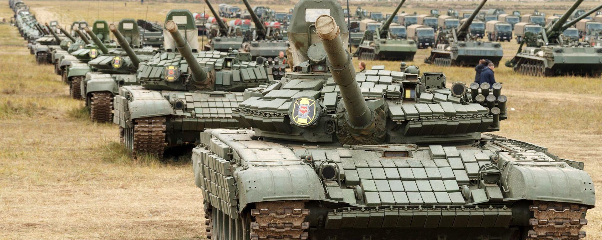 Танки Т-72, Т-80 армии РФ, архивное фото - Sputnik Таджикистан, 1920, 16.09.2021
