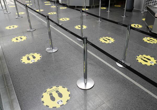 Отметки о необходимости соблюдать социальную дистанцию в международном аэропорту Борисполь в Киеве - Sputnik Таджикистан