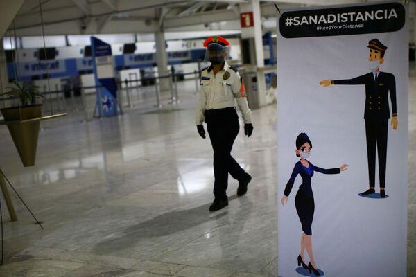Баннер с требованием соблюдать социальную дистанцию в международном аэропорту имени Бенито Хуареса в Мехико - Sputnik Таджикистан