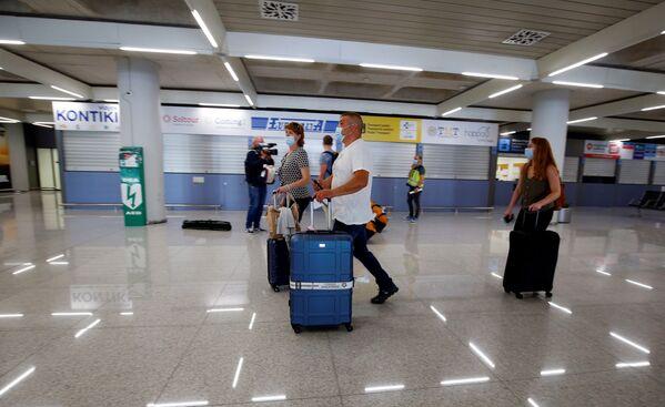 Туристы из Германии в медицинских масках в аэропорту Пальма-де-Майорка в Испании - Sputnik Таджикистан