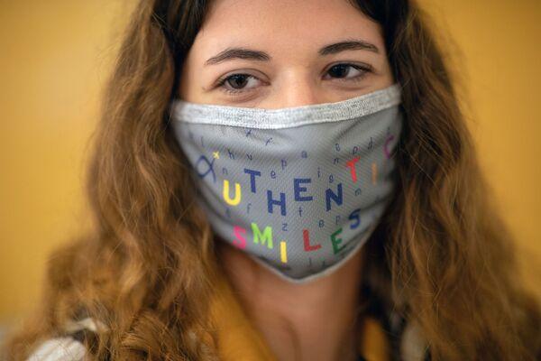Сотрудница афинского международного аэропорта Элефтериос Венизелос в защитной маске - Sputnik Таджикистан