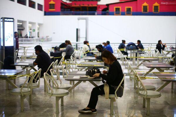 Социальная дистанция на фудкорте в полупустом аэропорт имени Бенито Хуареса в Мехико - Sputnik Таджикистан