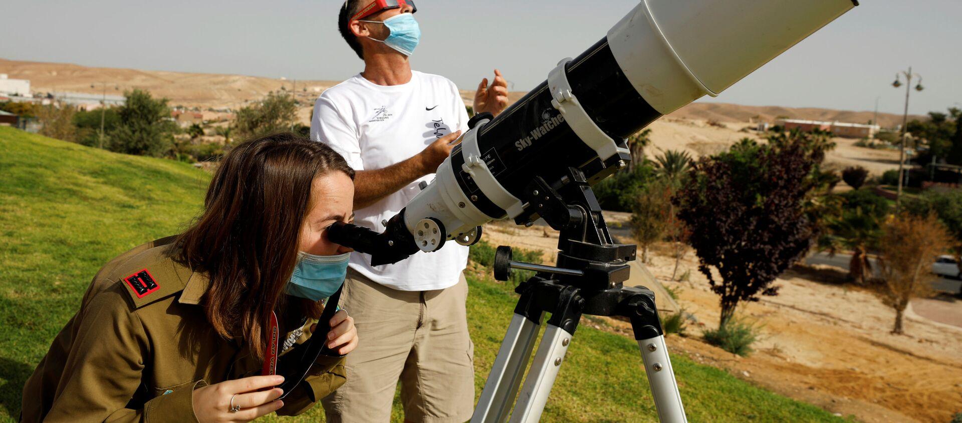 Наблюдение за частичным солнечным затмением в Израиле - Sputnik Таджикистан, 1920, 04.09.2020