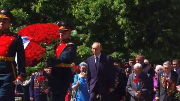 Путин возложил цветы к Могиле Неизвестного солдата в Александровском саду - Sputnik Таджикистан