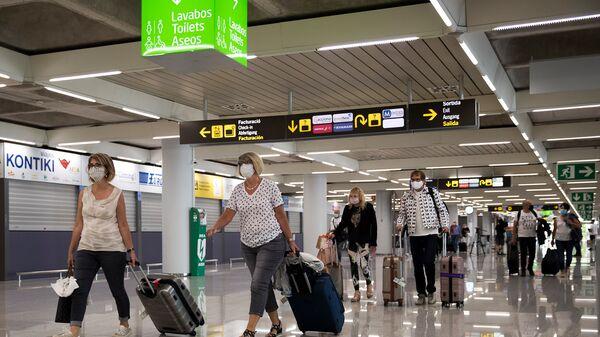 Туристы прибывают в аэропорт Сон-Сан-Хуан в Пальма-де-Майорка - Sputnik Тоҷикистон